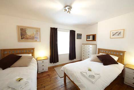 Two single beds in the twin bedroom of Sorgente holiday cottage, Cornwall