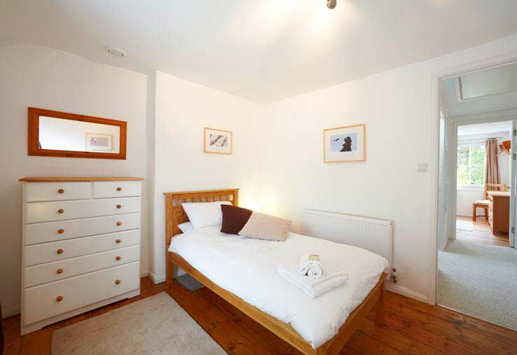 Twin bedroom and the hallway to the double bedroom - Sorgente holiday cottage, Cornwall