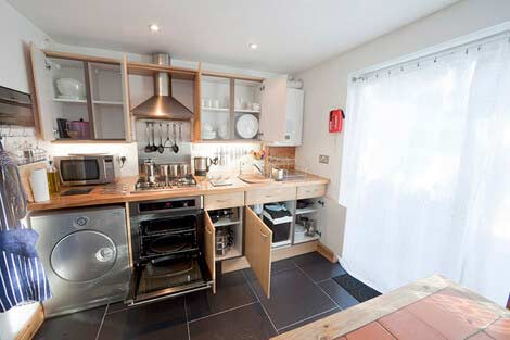 Well equipped kitchen at Sorgente holiday cottage, Cornwall